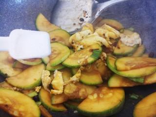 酱炒鸡蛋西葫芦,一起翻炒,然后再加一勺盐。