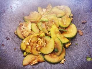 酱炒鸡蛋西葫芦,翻炒一会,西葫芦熟了就可以了。