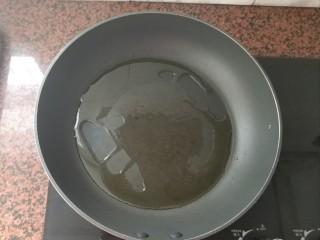 板栗香菇鸡肉焖饭,平底锅热锅,倒入适量的食用油