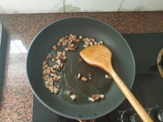 板栗香菇鸡肉焖饭,油热后,倒入香菇粒,中小火翻炒,爆香下