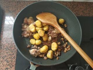 板栗香菇鸡肉焖饭,倒入板栗中火翻炒均匀
