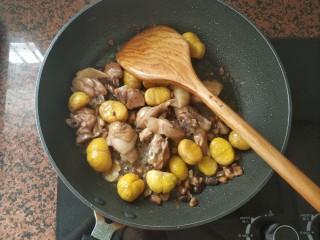 板栗香菇鸡肉焖饭,倒入一点点清水,中火煮1~2分钟