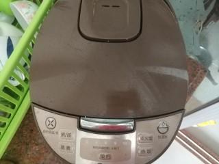 板栗香菇鸡肉焖饭,盖在电饭锅盖子,按下柴火饭功能键,因为这个功能煮出来的米饭🍚比较香,如果没有就按煮饭键就好