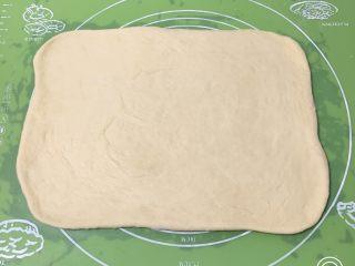 香葱肉松吐司面包,将面团擀成大的长方形。