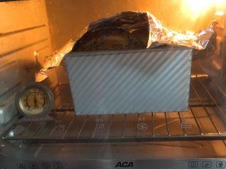 香葱肉松吐司面包,上色满意加盖锡纸。
