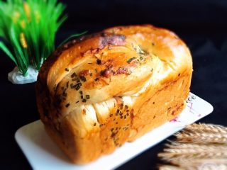 香葱肉松吐司面包,香喷喷的香葱肉松吐司面包就完成了。