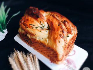 香葱肉松吐司面包,烤完立即脱模放凉。