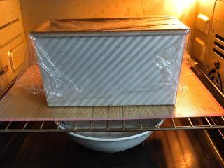 香葱肉松吐司面包,送入烤箱两次发酵,方法同上也是60分钟。