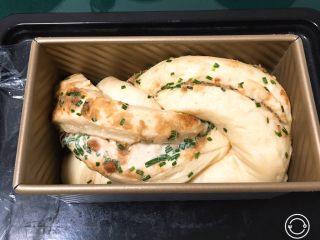 香葱肉松吐司面包,发酵至八分满,表面刷上鸡蛋液。