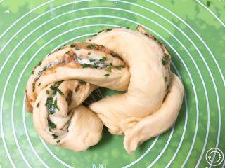 香葱肉松吐司面包,开口部分向上编辫子,两头向下合拢。