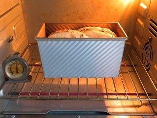 香葱肉松吐司面包,烤箱预热至180度,模具送入烤箱烤制35分钟。