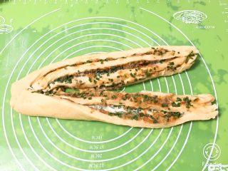 香葱肉松吐司面包,用刀具切开条子,上面不要切断。