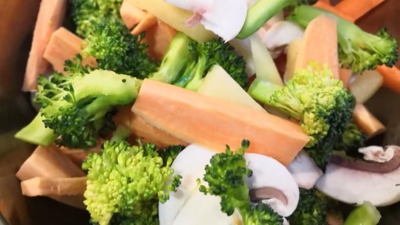 无敌烤羊腿,蔬菜混合到一起。