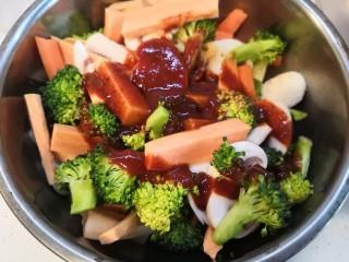 无敌烤羊腿,根据个人口味讲适量烧烤酱挤入混合蔬菜的盆中。