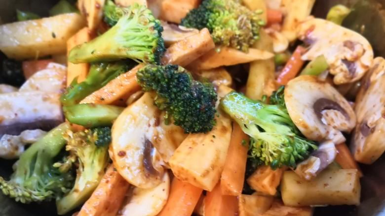 无敌烤羊腿,酱料与蔬菜充分混合。