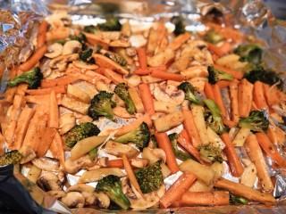 无敌烤羊腿,把蔬菜均匀的铺在锡纸上面。