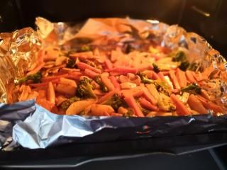 无敌烤羊腿,将蔬菜烤盘放入烤箱最下层。
