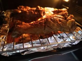 无敌烤羊腿,羊腿去除汤汁,直接放在烧烤架上面继续烤制,200度烤20分钟左右。羊油会往下滴,这样烤出来的蔬菜更香哦~