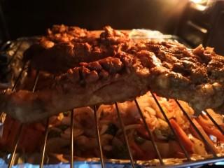 无敌烤羊腿,翻面再烤20分钟左右。烤箱脾气不一样,根据烤制情况确定出炉时间。