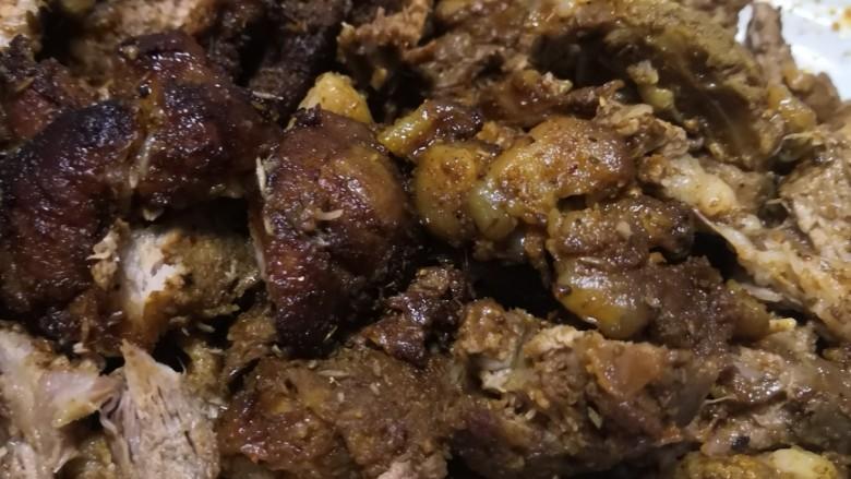 无敌烤羊腿,用小刀把肉剃下来,切成小块,撒上孜然和少许辣椒面,动作要快,热乎的最好吃。