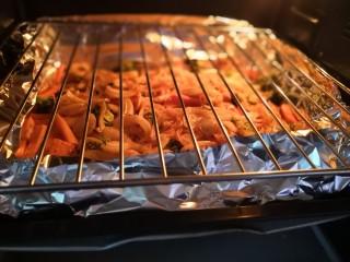 无敌烤羊腿,蔬菜烤盘上面,放入烧烤架。