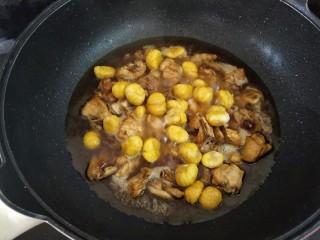 板栗焖鸡,下板栗和没过食材的热水,大火烧开,转中小火闷煮15分钟