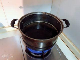 一学就会的粉蒸排骨,蒸锅加水预热。