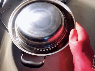 一学就会的粉蒸排骨,小盆上盖上一盘子入蒸锅。