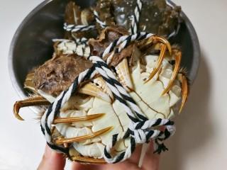 清蒸大闸蟹,用小牙刷正反两面刷洗一遍,冲洗干净,这个肚子中间有长条形是公的大闸蟹