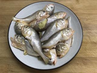 清蒸梅子鱼,把买回来的梅子鱼去掉腮和内脏,清洗干净后放入少许的盐和料酒腌制10分钟。