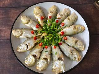 清蒸梅子鱼,把蒸好的鱼取出,倒掉蒸出来的水,重新放入香葱加入1勺的蒸鱼豉油,淋上热油即可。
