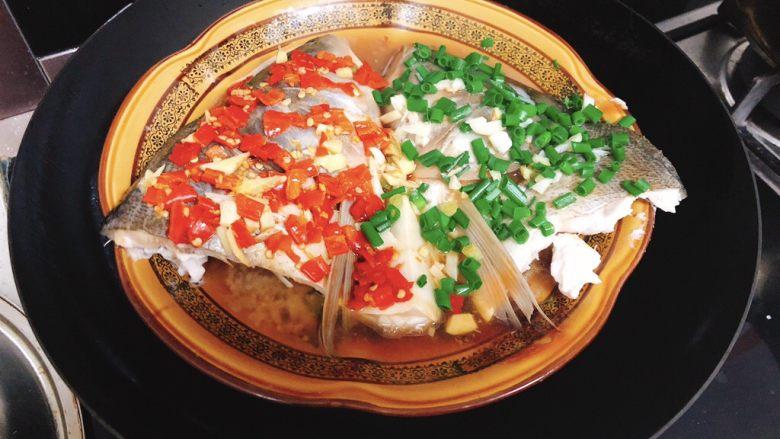 剁椒鱼头,出锅前1分钟,将葱花撒到另一个鱼片上。