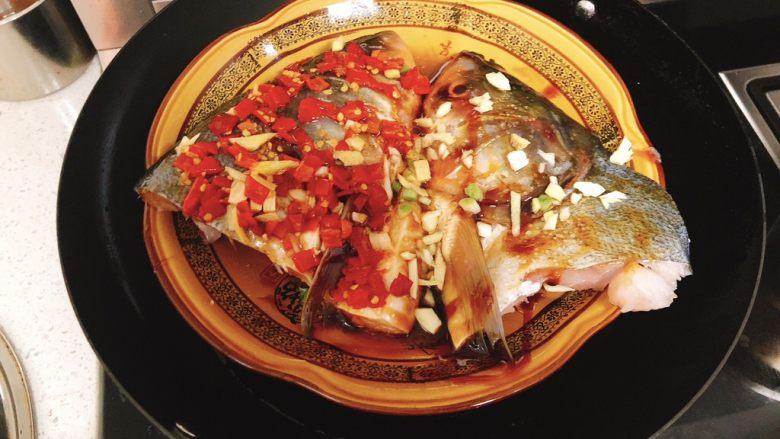 剁椒鱼头,把鱼放到锅里蒸,大火10~15分钟。