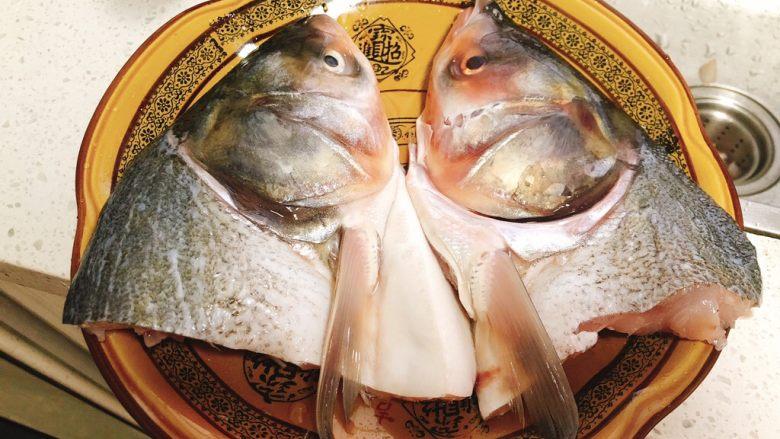 剁椒鱼头,买2片鲢鱼头,洗干净装盘。