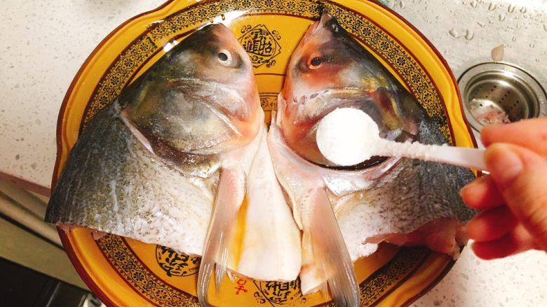 剁椒鱼头,加入半勺盐,腌制20分钟去腥入味。