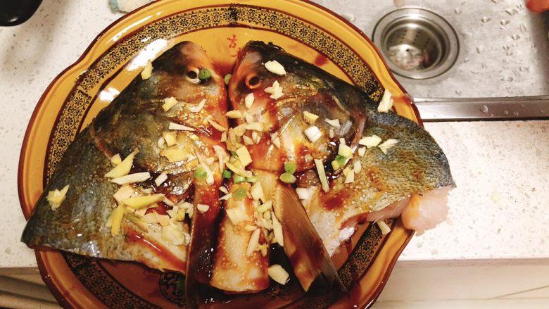 剁椒鱼头,姜葱蒜铺到鱼身上。