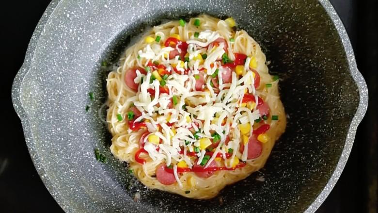 面条饼披萨,撒上奶酪碎,盖上锅盖煎至奶酪融化就可以了