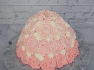 芭比娃娃蛋糕,用六齿花嘴挤圆球即可,一个压一个间隙不要太大,如果间隙大就用白色奶油填充一下