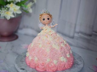 芭比娃娃蛋糕,插到蛋糕中间,把娃娃身体部分到肩膀用细裱花嘴挤出裙子上衣,再不规则的撤上彩色糖珠装饰即可