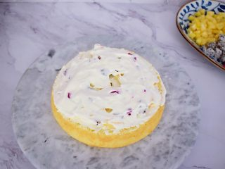 芭比娃娃蛋糕,将蛋糕一层一层铺上奶油和水果的铺好