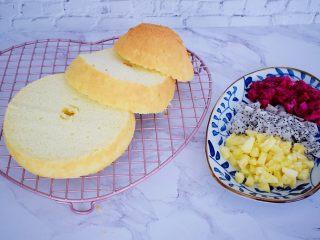 芭比娃娃蛋糕,将蛋糕平均分成三份,水果切小粒备用