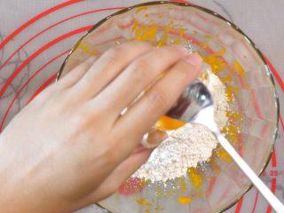宝宝南瓜磨牙棒,加入蛋黄。