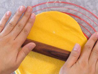 宝宝南瓜磨牙棒,擀成面片,不要太薄。