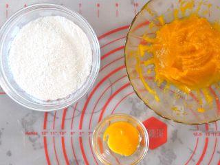 宝宝南瓜磨牙棒,准备好需要用到的食材 普通面粉就可以,也有看到低筋粉的配方,应该都可以做出来。