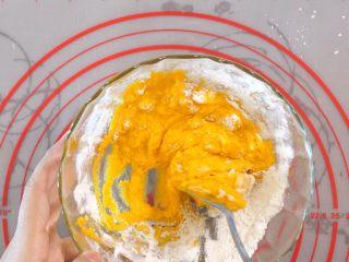 宝宝南瓜磨牙棒,开始搅拌,如果太稀就继续加面粉。