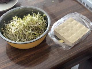 豆豆知我心➕黄豆芽烧豆腐,食材合照:黄豆芽350g,嫩豆腐一块约200g,这个豆腐阿晨很喜欢吃,含水量比一般南豆腐要少一点,但是又很嫩,炖煮都很好吃😋。姜一小块