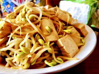 豆豆知我心➕黄豆芽烧豆腐,这道黄豆芽炖豆腐,做法简单,味道鲜美,营养丰富,喜欢的宝宝们,快来试试吧😁