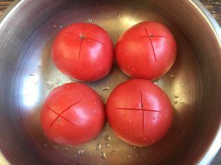 """十味 番茄鸡蛋烩牛肉,番茄洗干净,用刀划个""""十""""字。"""