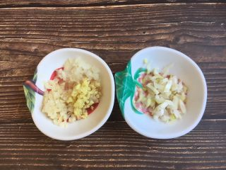 十味 番茄鸡蛋烩牛肉,姜切成姜末,葱切成葱花,洋葱切成洋葱丁备用。