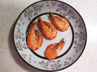宝宝健康食谱   鲜虾番茄南瓜面,把煮好的鲜虾捞出来